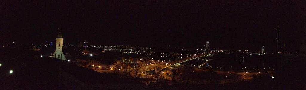 Noční Bratislava od Bratislavského hradu